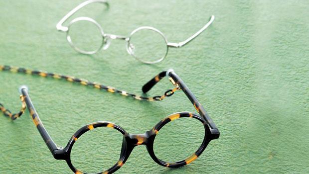 玳瑁殼眼鏡(39萬9,000日圓)使用一輩子都沒問題。後方的銀加上14K金的合金框架眼鏡(12萬6,000日圓)特別受到20~30歲年輕男子的喜愛。