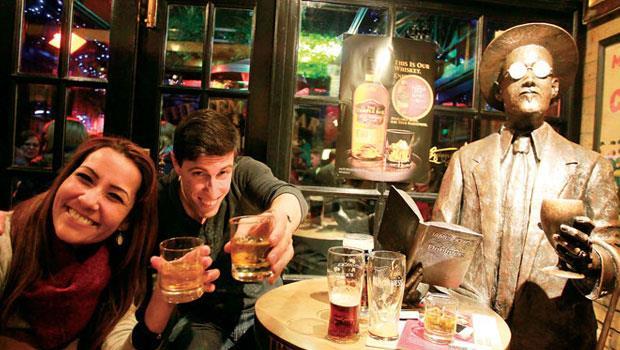 我們住的飯店就在都柏林最著名的Temple Bar酒吧區。下班後上酒館,已是愛爾蘭數世紀以來的常民文化。瞧!喬伊斯也來陪你喝一杯,他手上拿著自己的名著《都柏林人》短篇小說。