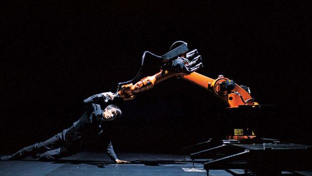 演出前,黃翊的「彩排」工作之一,是用電腦連線到機器人不斷反覆測試,只為了登台共舞的70 分鐘,能夠精準完美。