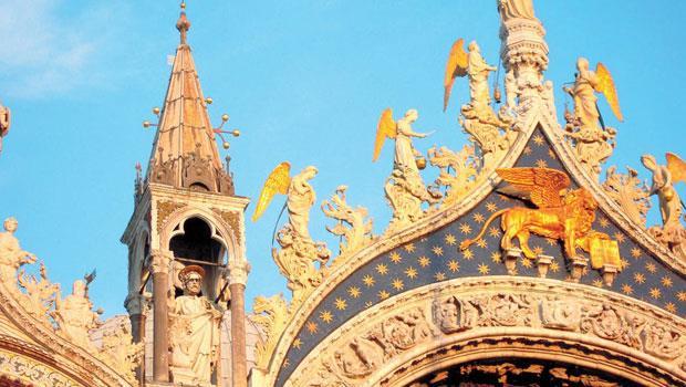 數世紀以來,聖馬可雙翼獅像守護著威尼斯聖馬可大教堂的入口,曾一度嚴重氧化,在香奈兒贊助修復後,終於光芒再現。