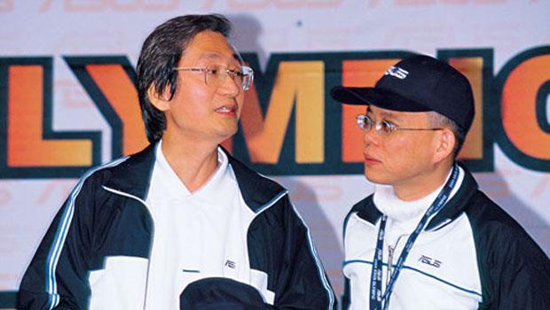 施崇棠(左)和徐世昌分家後,暌違8 年又將同台。圖為2004 年出席華碩活動。