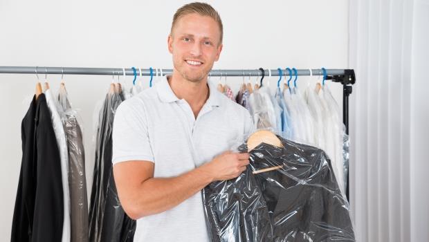 大部分的人都做錯:洗衣店拿回來的衣服,塑膠套到底該不該拿掉?