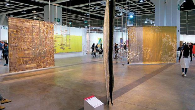 美國藝術家Pea White的壁毯掛飾〈Metallics & Modules〉,吸引不少人自拍,儼然成為另類互動。