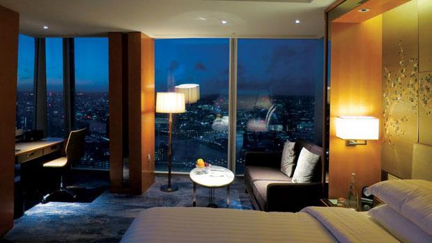 一望無際的城市美景,透過落地窗戶仿若水族箱裡的場景般任人觀賞。