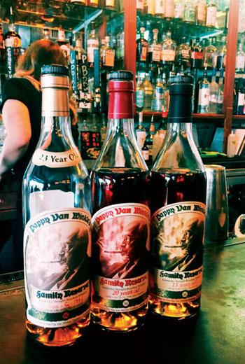 罕見的Pappy Van Winkle 15、20、23年波本威士忌,放在酒吧最頂層,得搬爬梯才拿得到,3小杯就要價近新台幣7,000元。