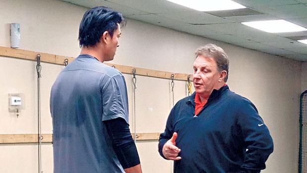 除了球技,沃佛斯(右)也重視球員心理層面,他要王建民(左)思考「自己為什麼不行」;每次訓練都會溝通,一起找答案。