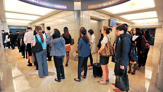 誰在裡面上班? 101 是中資來台設辦公室的首選位置,58 樓是101 中樓層通往高樓層的轉乘點,這裡過去以航空、金融人才為大宗,現在軟體業也悄悄加入行列。