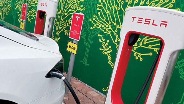 充電網絡是電動車發展的關鍵設備,特斯拉正廣設號稱全球充電效率最快的超級充電站(supercharger),40 分鐘就能充電8 成,目前全球共3,628 座。