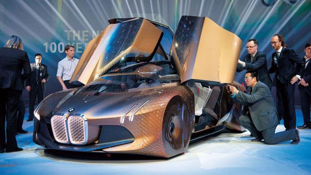BMW 今年3 月於德國慕尼黑發表的百年概念車,最吸睛的是包覆車輪的魚鱗片彈性鈑件,它會隨車輪轉動而伸縮,以降低風阻。