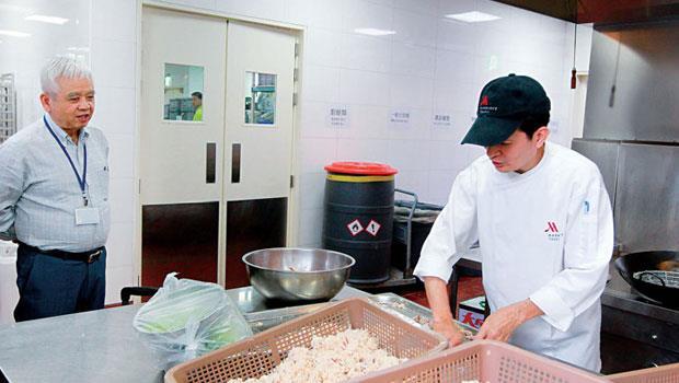 國宴前2 天,下午,總主廚高鋼輝(右)正在為第一道前菜備料,創辦萬豪酒店的西華老董劉文治(左)特地進廚房關心。