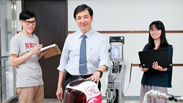 傅立成(中)的前方就是家用型機器人Julia,他訪談家庭主婦和社會人士,設計出會幫忙拿水、播放影片、能歌善舞的機器人。
