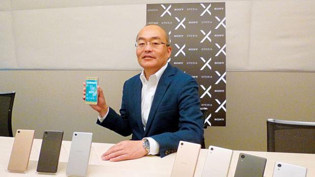 十時裕樹(圖)已在索尼任職31 年,主導索尼賣掉PC 部門與Vaio 品牌等決策,現肩負拯救手機事業。在總部接受專訪時,他桌上一字排開的新機種X 系列,正被視為索尼手機新救星。