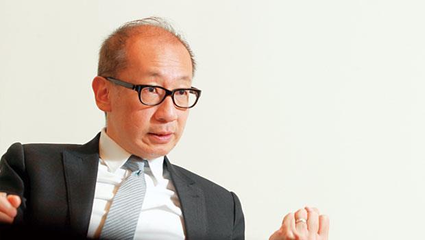 提及台灣僵化的人才政策,曾讓潘思亮不僅流失畢業僑生,甚至連CEO都跑掉,講到氣憤處,他忍不住激動拍桌。