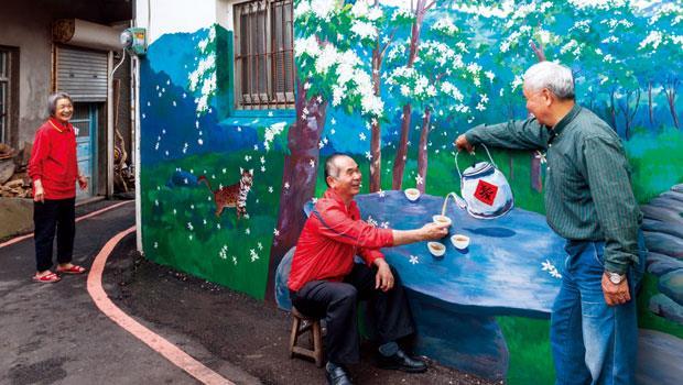 廣盛村四處可見家家戶戶色彩繽紛的彩繪牆。三義人熱情好客,在滿是油桐花的樹下,來喝杯茶吧。