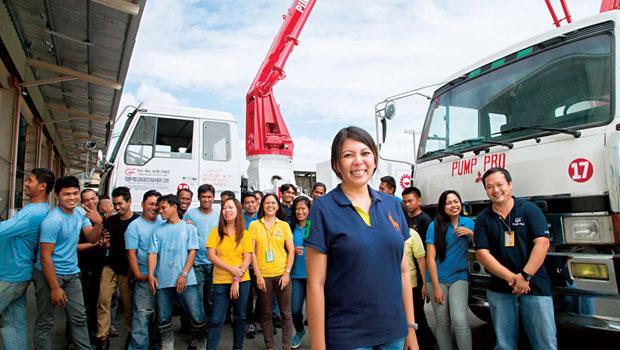 高子甯的車隊跑遍全菲律賓,為了融入當地,不僅講菲語,信佛的她更帶天主教員工禱告喊「阿們」