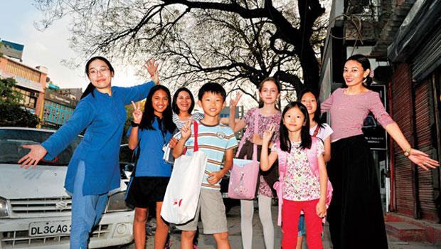 在印度生活的韓國媽媽將中文視為競爭力,把孩子 (左4、右3)送到台灣人開的華語補習班,一週兩天課仍嫌不夠。
