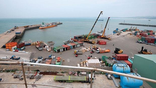 這天,是金門料羅碼頭最繁忙的週四出貨日,但從制高點往港口看,外海船隻寥寥無幾,以往貨船往來交易的榮景,已不復見。