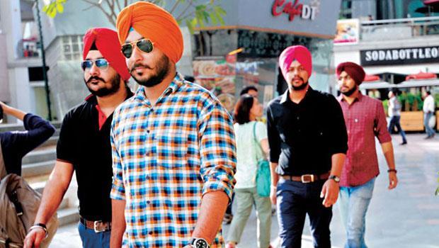印度新興商業區古爾岡,一群穿著時髦的錫克教徒逛著shopping mall,象徵一個高消費力族群正在崛起。