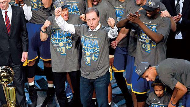 雷卡布(圖中高舉雙手者)不僅實現擁有一支球隊的夢想,更依據概率行事,成為大贏家。