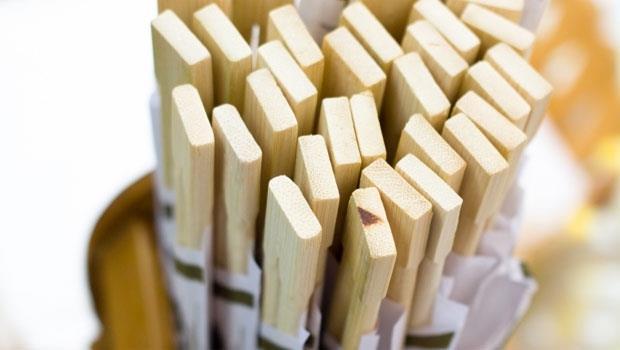 外食忘了帶餐具?吃飯前,做一個動作,3分鐘幫免洗筷「消毒」