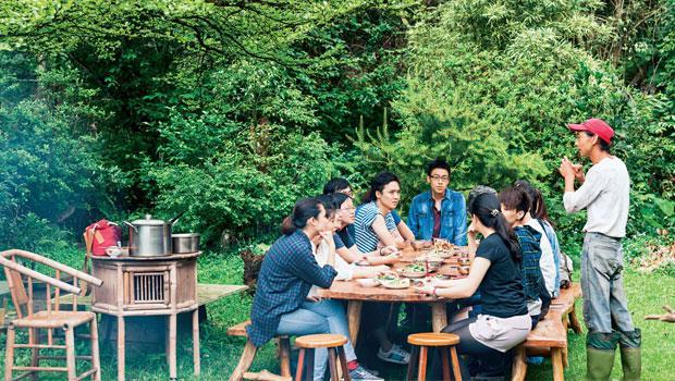 從桌椅、建材到餐桌上竹筍佳餚,南庄農村生活與桂竹緊密交織。旅人專心聆聽劉孟承(右)分享農民智慧,慢城生活哲學,是一種對於在地食材的理解與尊重。