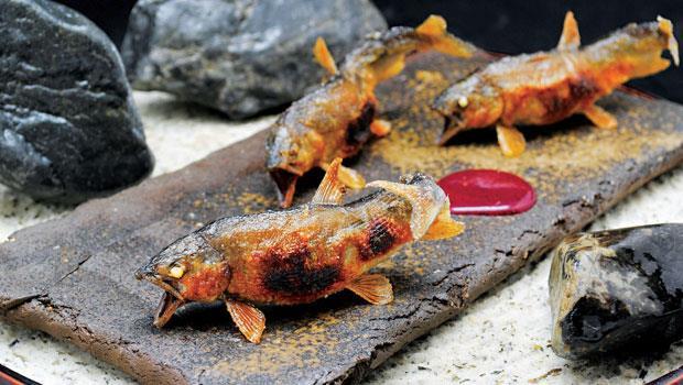 這是東京龍吟夏日經典之作「烤香魚」,栩栩如生的姿態,讓人還未動口,就已目眩神迷。