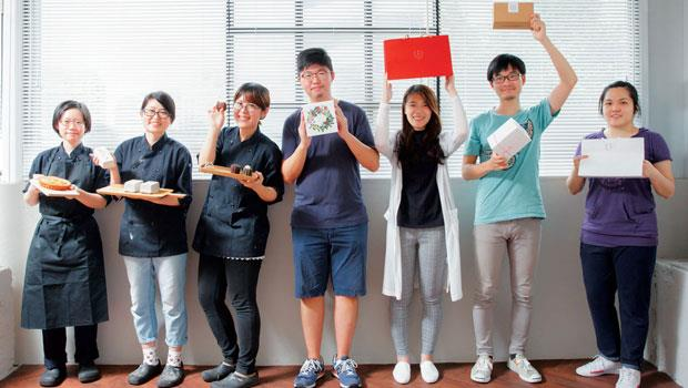 曹羽君(左三)與高韞豐(左四)努力打造心目中理想的工作環境,目前工作室位於南港寬闊明亮的廠房,透過網路銷售省下店租成本,給員工合理待遇。