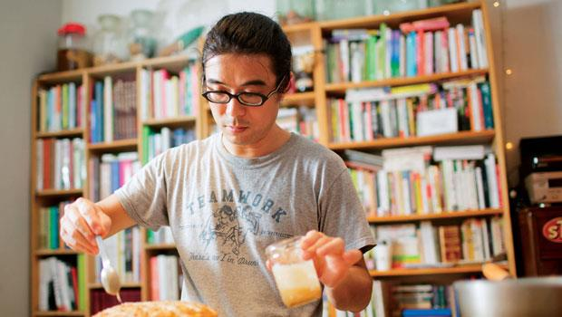 項軍為檸香胡蘿蔔鬆糕淋上糖霜,這款純素點心的甜味來自楓糖漿和甜菜糖,並加入奇亞籽增添口感。