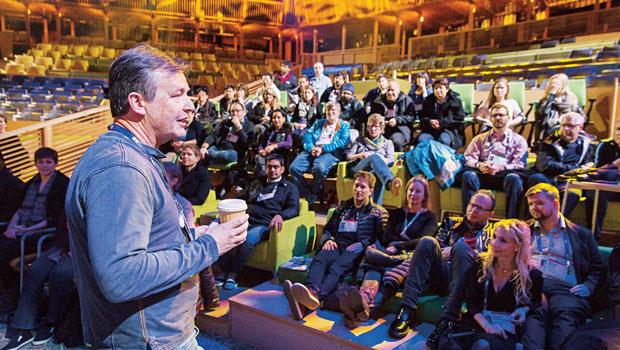 安德森(左)帶領TED 團隊,幫助過數百名演講者雕琢演講內容和方式。他談到:「過去十多年,我們同仁熱烈議論這些演講人到底如何觸動人們。」