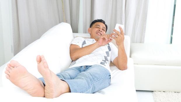下班回家就蹺二郎腿看電視、玩手機…人妻認證!6種最讓人抓狂的自私老公