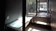 有圖》真的可以住!東京這間「超窄豪宅」寬度只有180公分,浴室還能放浴缸