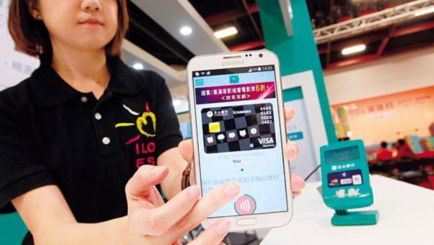 雖然不少銀行業者規畫推出自己的手機信用卡,但主要銀行仍然都搶著與蘋果、三星的行動支付平台合作。