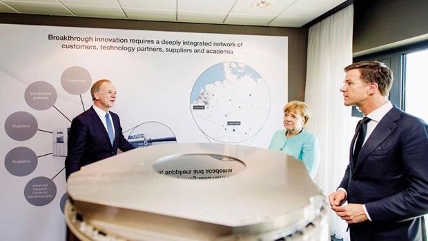 今年4 月,德國總理梅克爾參訪艾司摩爾總部及其最新微影設備,有機會因此開啟兩國合作的新局。