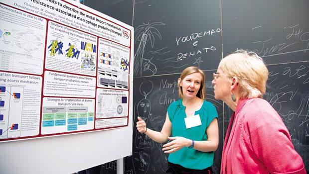 MIT研討會上,科學家展示自己的新發現。波士頓創業家多是博士,專注研發,雜務交給經理人。