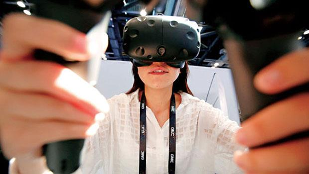 搭配手持控制器,VR 可以玩射擊遊戲、可以在空間中畫出立體3D 圖像。