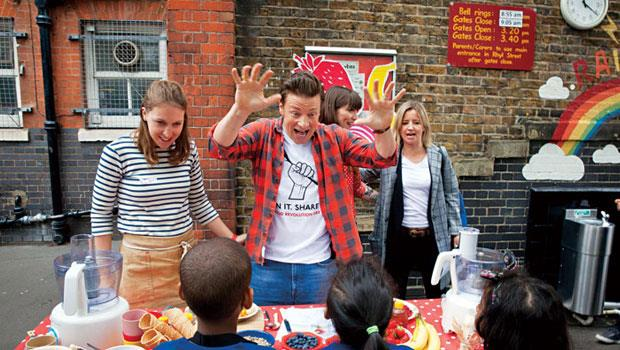 英國名廚奧利佛(舉雙手者)堪稱BBC捧紅的素人主廚。至今他的節目已在全球40多國播出。