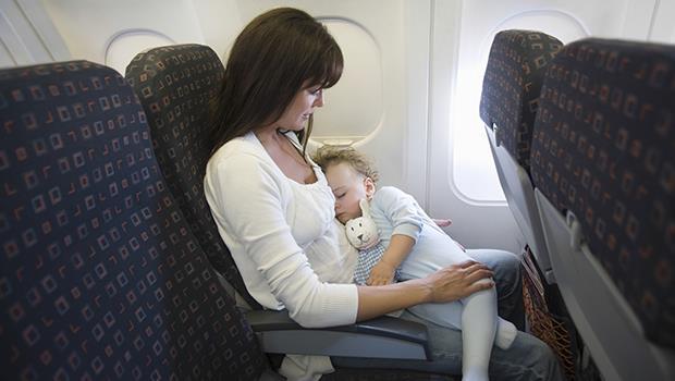 小孩在飛機哭鬧,不是誰的錯!台灣媽媽:寶寶對不起,大人忘記自己曾經也是小孩了