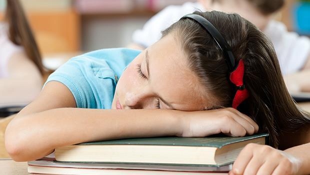 學生上課睡覺該管嗎?老師的無奈:只能把不愛上課的學生當「閒雜人等」