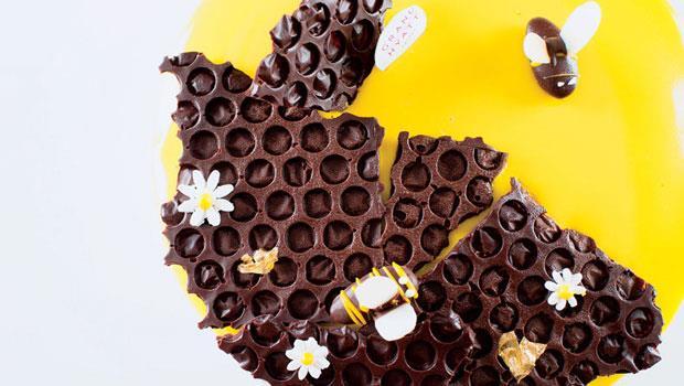 關心消費者需求、加入出其不意的驚喜,是主廚創作甜點的重要出發點。「蜂潮來襲」以龍眼蜜取代糖,展現出蜂蜜香氣。