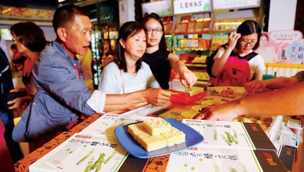 以鳳梨酥當招牌的維格餅家,現在綠豆糕反成銷售黑馬,觀光客也搶拿試吃。