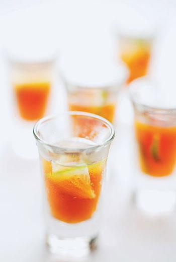 試菜過程中,陳志煌突破味覺想像,以檸檬搭配咖啡做為迎賓飲料,清爽又驚喜。