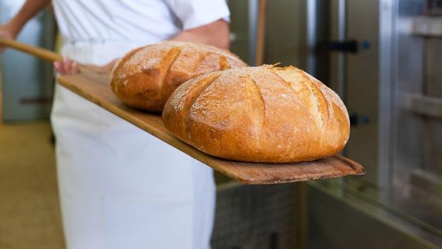 九成的人都選錯!450大卡的蔥花麵包 VS. 400大卡的奶酥麵包,哪個比較健康?