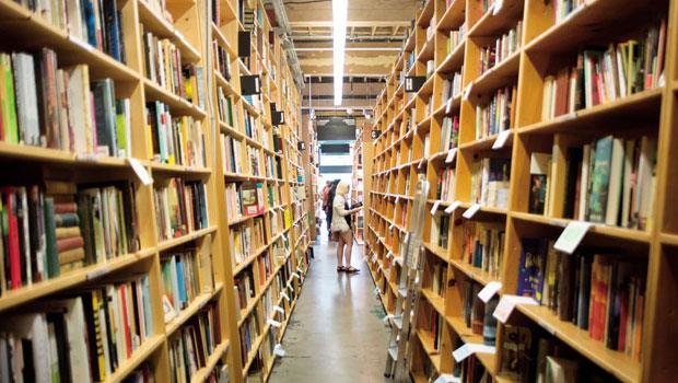 每本書都有條碼,分放在主題書區,以及完善的電腦系統,幫助顧客最快找出書籍。