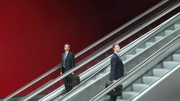 機器人正搶走你的工作!99%的人早已搭上「窮人手扶梯」衝往18層地獄,只有一件事能救你...