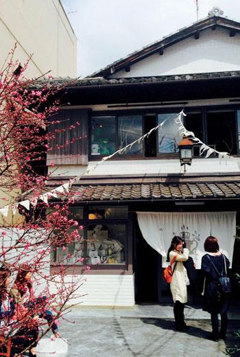 嵐山Saganoyu澡堂咖啡館以白色為基調,呈現出和洋混合的大正浪漫美學。