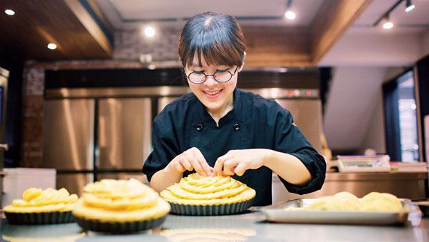 菓實日主廚曹羽君擺放太陽蘋果塔的蘋果片,排列雙層厚度2公釐的蘋果薄片,考驗製作者的耐心。