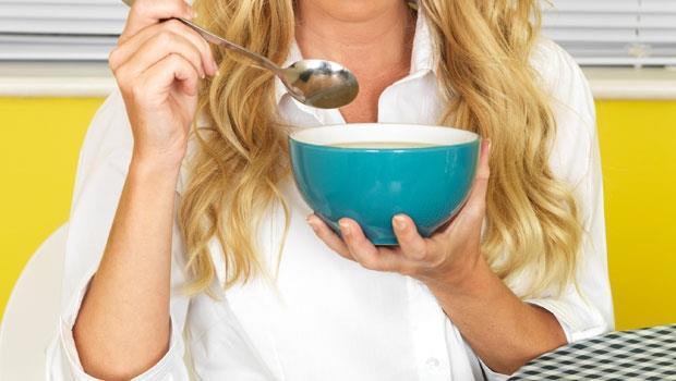 他們胃癌腸癌率少50%的秘密藏在一碗湯!日本研究:「酸辣湯」加這3種料能防癌