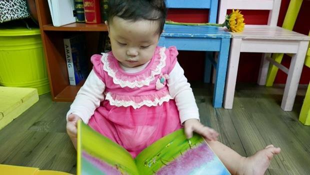 小孩還沒學會翻書,就先會滑手機?大腦發育,3歲前是關鍵...爸媽們「為愛朗讀」吧