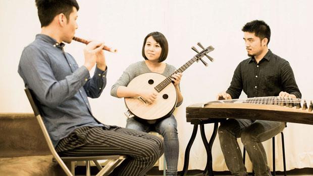 創造國樂三重奏的「三個人」:任重(左起)、潘宜彤、郭岷勤。客廳就是他們團練室!