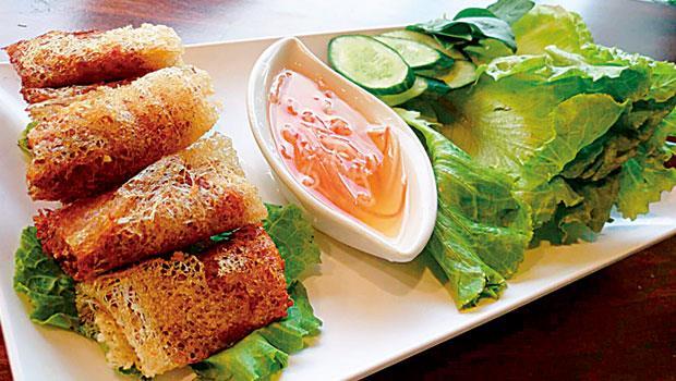 越式炸春捲經過油炸,晶瑩閃亮的外觀,讓人食慾倍增, 以生菜葉包裹著吃,丁點不覺得油膩。